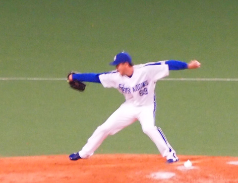 投げる瞬間の小林正人投手
